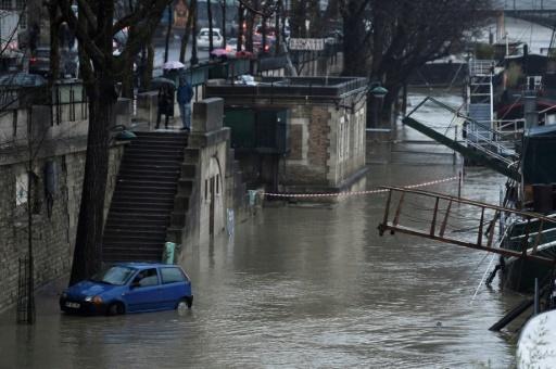 Une voiture roule sur un quai inondé  de la Seine, à Paris, le 22 janvier 2018 © STEPHANE DE SAKUTIN AFP/Archives
