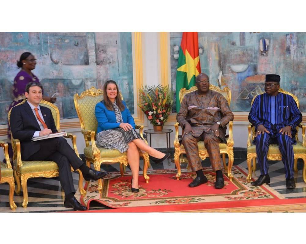 Melinda Gates à Ouagadougou fin janvier avec le président Roch Marc Christian Kaboré, président du Burkina Faso (2e à partir de la droite) , et son ministre de la Santé, Nicolas Meda (à droite de la photo) ©  DR