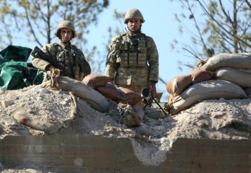 Des soldats turcs gardent une position sur le mont Barsaya, dans le nord-ouest de la Syrie, le 29 janvier 2018 © Nazeer al-Khatib AFP