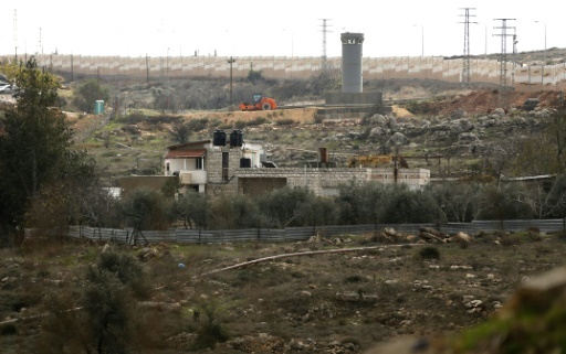 Une photo montre la maison de la famille palestinienne Joumaa, devenue encerclée par le mur de séparation construit par Israël en cisjordanie occupée, le 25 décembre 2017 © ABBAS MOMANI AFP