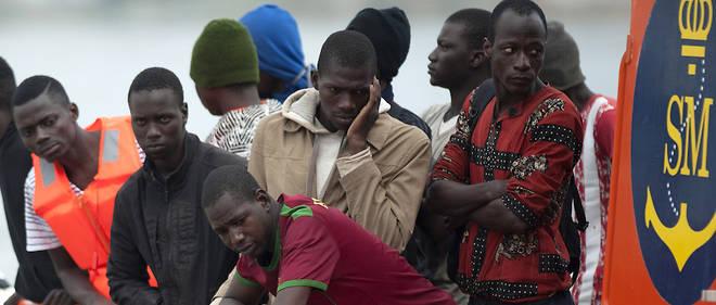 Un groupe de migrants sur un bateau des garde-côtes espagnols en octobre 2016.