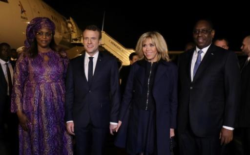 Le président français Emmanuel Macron (C-G) et son épouse, Brigitte Macron (C-D) sont accueillis à Dakar le 2 février 2018 par le président sénégalais Macky Sall (D) et son épouse Marieme Faye Sall (G) Macron and co-hosts Sall, are expected to be joined by the musician Rihanna in the Senegalese capital of Dakar on Friday for the final day of the Global Partnership for Education financing conference. © ludovic MARIN AFP