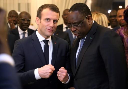 Le président français Emmanuel Macron (C-G) s'entretient avec son homologue sénégalais Macky Sall après son arrivée à Dakar le 2 février 2018 © ludovic MARIN AFP