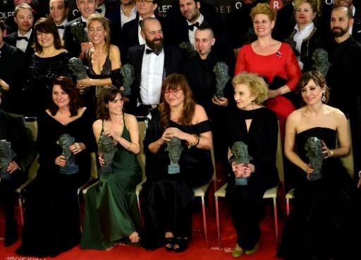 La réalisatrice espagnole Isabel Coixet(devant C) pose avec les vainqueurs de la cérémonie des Goya à Madrid le 3 février 2018   © PIERRE-PHILIPPE MARCOU   AFP