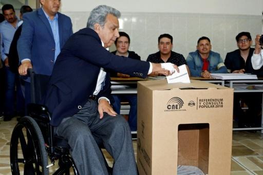 Le président équatorien Lenin Moreno vote lors du référendum, à Quito, le 4 février 2018 © Cristina Vega Rhor AFP