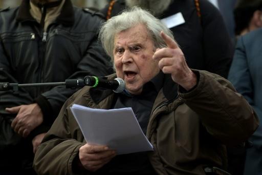 Le compositeur Mikis Theodorakis prend la parole lors de la manifestation contre tout compromis sur le nom de la Macédoine, à Athènes le 4 février 2018 © ANGELOS TZORTZINIS AFP