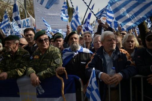 Des vétérans brandissent des drapeaux grecs à Athènes, lors d'une manifestation contre un compromis sur le nom de la Macédoine, envisagé par le gouvernement, le 4 février 2018 © ANGELOS TZORTZINIS AFP