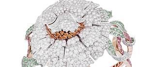 Montre Pivoine secrète en or blanc, rose, diamants, saphirs roses, grenats et tourmalines.