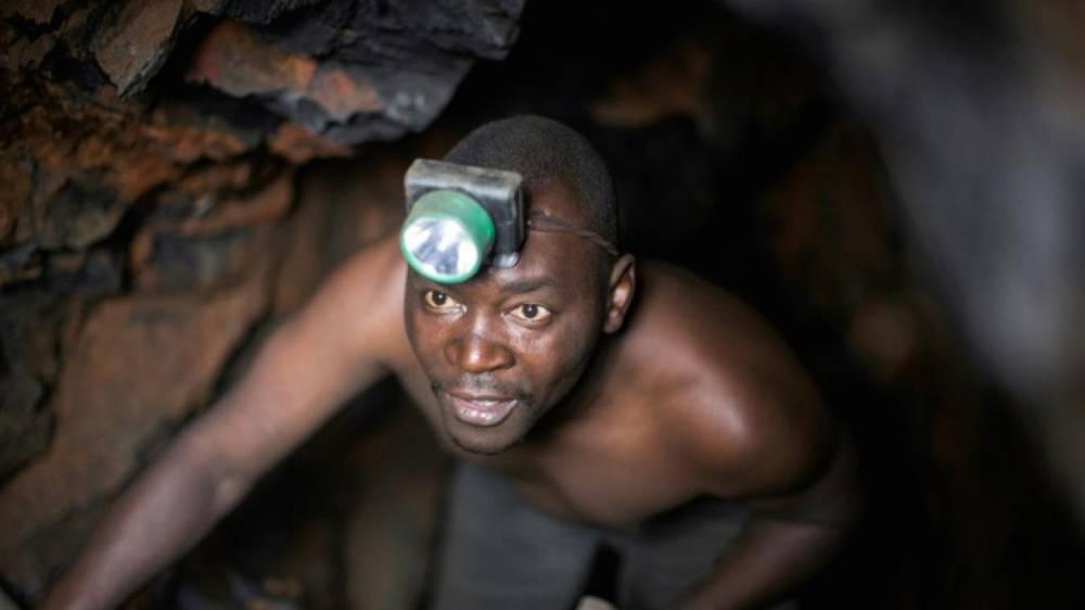 Un mineur sort respirer. ©  AFP/Archives/Griff Tapper
