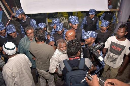 La police fait irruption dans les locaux du Parti démocratique des Maldives à Malé pour empêcher les sympathisants de cette force d'opposition à célébrer le verdict de la Cour suprême, le 2 février 2018 © - AFP