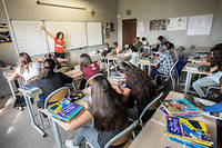 Collégiens d'une classe de 5e. Le Clemi propose des formations aux élèves et aux enseignants afin de les éduquer à l'information et aux médias (photo d'illustration).