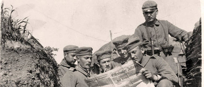German soldiers read the Offenbacher Zeitung, a newspaper, in the trenches. Date and place unknown. The image was also available as a fieldpostcard and was sent om August 1915 with text from the Western Front. Photo: Sammlung Sauer