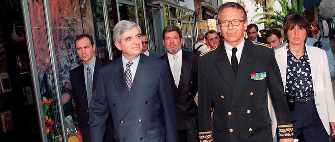 Le préfet Claude Érignacau côté du ministre de l'Intérieur d'alors Jean-Pierre Chevènement à Ajaccio le 6 février 1998.