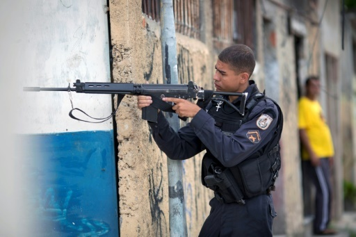 Un policier brésilien lors d'une opération dans le bidonville de la Cité de Dieu, à Rio de Janeiro, le 1er février 2018 © MAURO PIMENTEL AFP