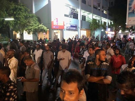 Des sympathisants de l'opposition se rassemblent devant la Cour suprême des Maldives à Malé, dans la nuit du 5 au 6 février 2018 © Handout Mihaaru/AFP