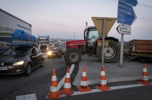 Des agriculmteurs bloquent des accès à la ville de Toulouse, le 7 février 2018 © ERIC CABANIS AFP
