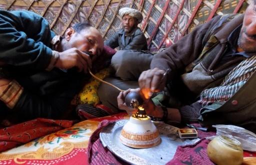 Des hommes Wakhi fument de l'opium à l'aide d'une pipe traditionnelle, sous la yourte, le 8 octobre 2017 dans le corridor de Wakhan, dans l'extrémité nord-est de l'Afghanistan © Gohar ABBAS AFP
