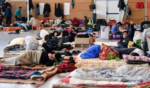 Des migrants dorment dans un gymnase de Grande-Synthe, près de Dunkerque, le 7 février 2018 © Denis Charlet AFP