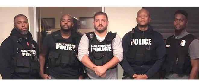 Wayne Jenkins (au milieu) et ses hommes, qui appartiennent à une unité d'élite de policiers en civil, revendaient au marché noir les revolvers saisis.