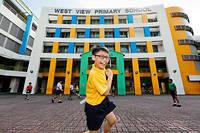 Pour se familiariser avec les notions de distance, les élèves de West View sont invités à mesurer le chemin parcouru en comptant leurs pas.  ©Richard KOH/SINOPIX/REA