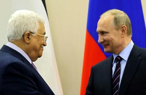 Le président russe Vladimir Poutine (D) et le leader palestinien Mahmoud Abbas à Sochi (Russie) le 11 mai 2017 © YURI KOCHETKOV POOL/AFP/Archives