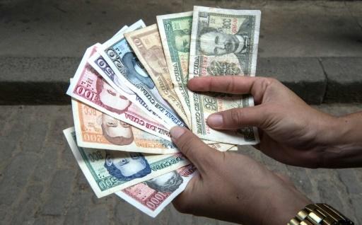 """D'abord réservé au secteur touristique, le peso convertible s'est progressivement généralisé. Que l'on paie avec l'une ou l'autre des devises, """"c'est la même chose, une bouteille d'huile a la même valeur © Adalberto ROQUE AFP/Archives"""