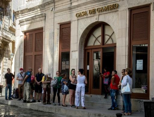 Des touristes étrangers attendent devant un bureau de changes à La Havane le 8 février 2018 © Adalberto ROQUE AFP/Archives