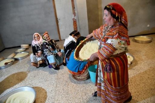 Des femmes berbères préparent un couscous à Ait el-Kacem, en Algérie, le 13 février 2018 © RYAD KRAMDI AFP/Archives