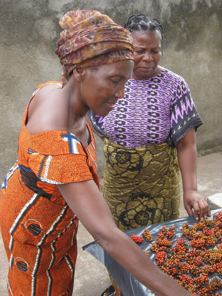 Deux femmes devant un étal de baies de poivre.  ©  DR