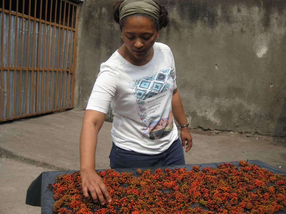 Sandrine Vasselin Kabonga devant un étal de poivre sauvage.  ©  DR