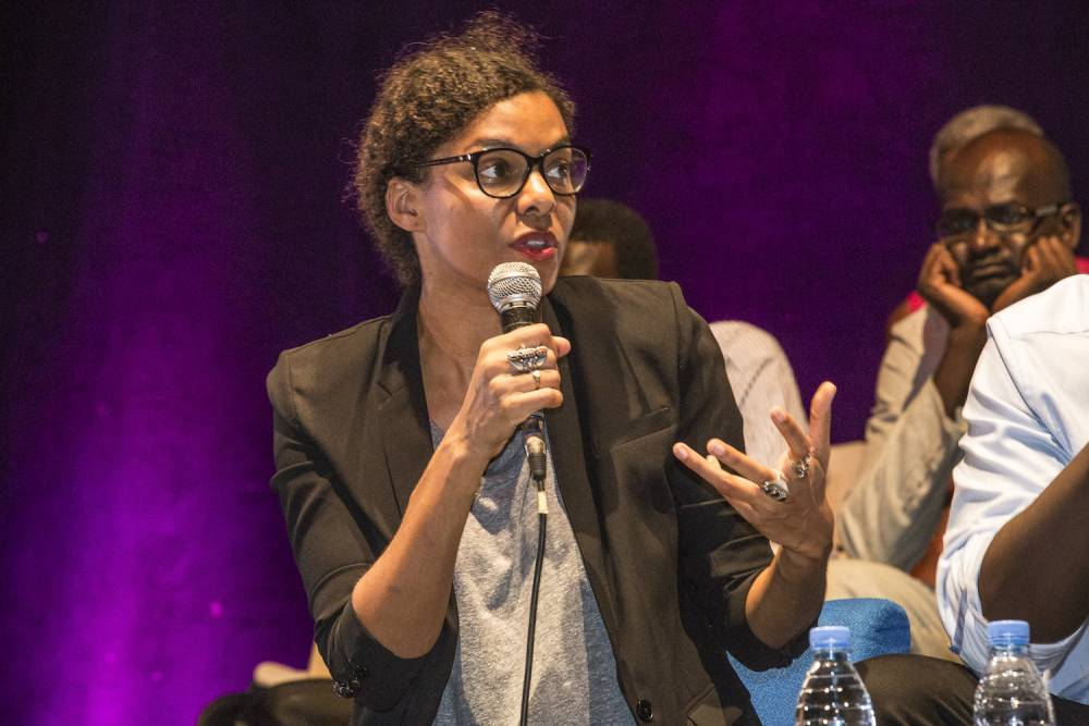 Nadia Yala Kisukidi sur la scène de l'institut Français lors des Ateliers de la pensée de 2016 sur le plateau autour du thème « L'Afrique, la condition planétaire ».   ©  Photo Antoine Tempé