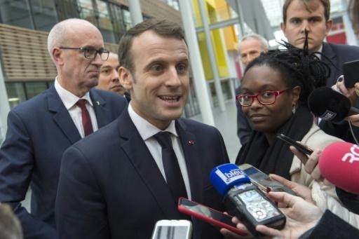 Emmanuel Macron et Sibeth Ndiaye (D) lors d'un point presse à Ladoux, le 25 janvier 2018 © Thierry Zoccolan POOL/AFP/Archives