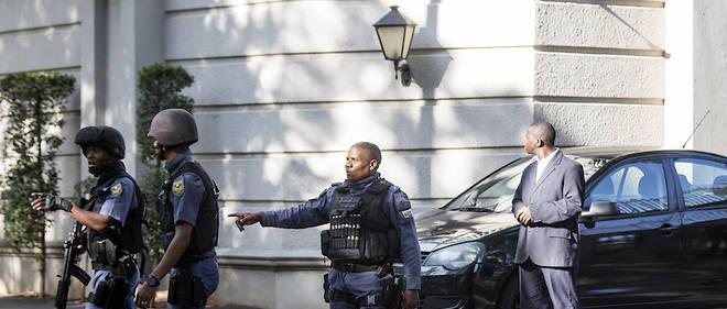 Des hommes en armes devant le domicile de la famille Gupta le 14 février 2018 à Johannesburg alors que les perquisitions se préparent.