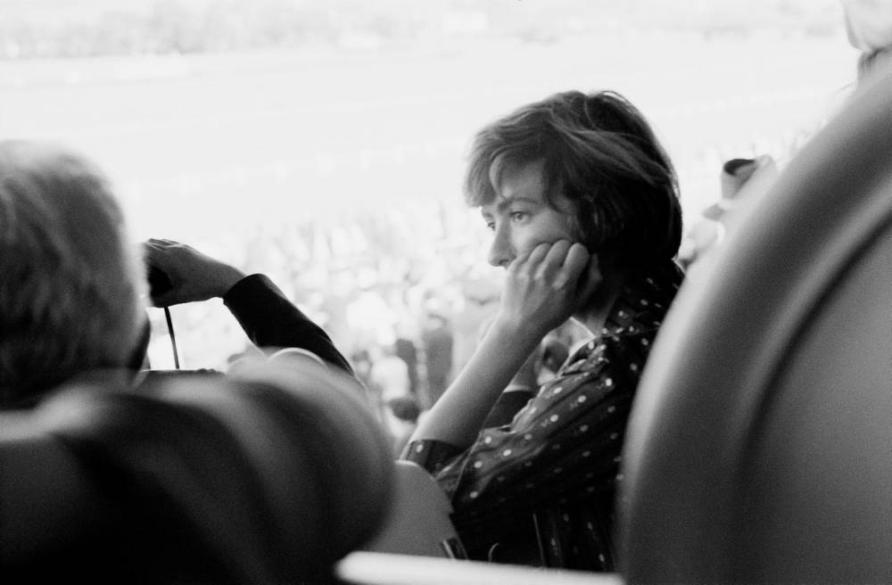 Sagan dans les tribunes de l'hippodrome ©   Yul Brynner
