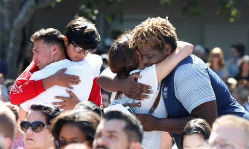 De centaines de personnes se sont retrouvées le 15 février 2018 en milieu de journée dans un parc de Parkland, après la fusillade qui a fait 17 morts dans un lycée © RHONA WISE AFP