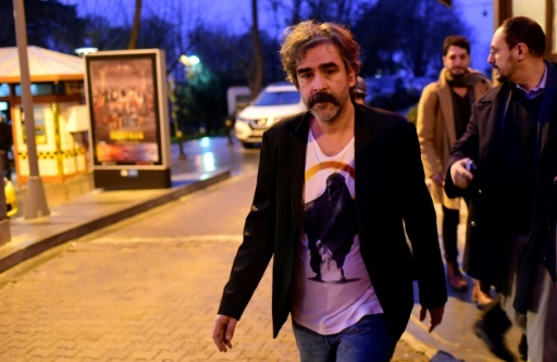 Le journaliste germano-turc Deniz Yücel quitte son domicile à Istanbul après sa libération qui pourrait améliorer les relations entre Berlin et Ankara. Le 16 février 2018. © YASIN AKGUL AFP