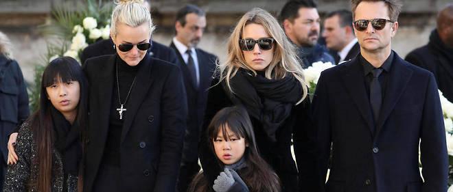 Læticia Hallyday - et ses deux filles -, Laura Smet et David Hallyday lors des funérailles de Johnny.