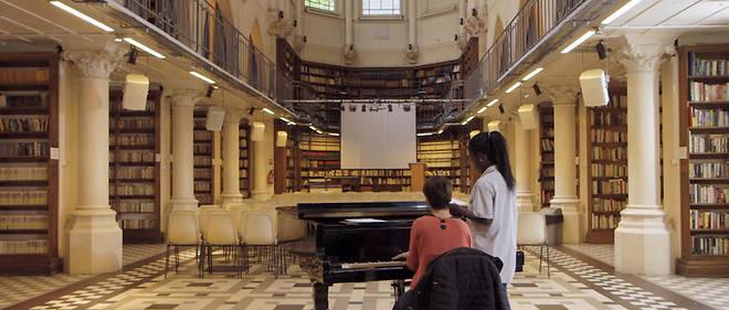 Le film que réalisent Stan et Édouard Zambeaux raconte le parcours de familles hébergées, par l'association Aurore, dans les anciens locaux de l'Institut national de la propriété intellectuelle (INPI). Ici une ancienne chapelle transformée en bibliothèque.