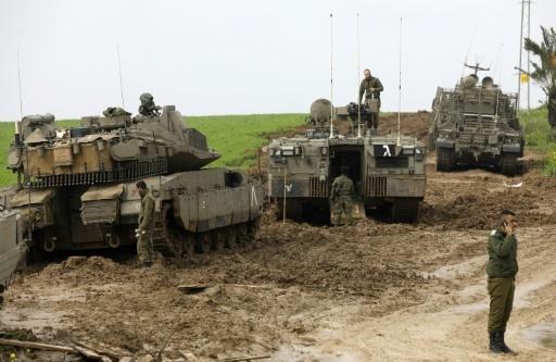 Des soldats israéliens et leurs chars surveillent la frontière avec la bande de Gaza, le 18 février 2018  © MENAHEM KAHANA AFP