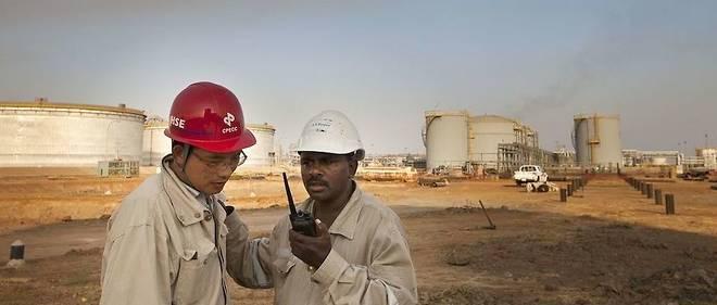 La présence chinoise est forte dans plusieurs secteurs. Ici, un employé de la China Petroleum Engineering & Construction Corp discute près des réservoirs de stockage de pétrole dans la zone de Melut, dans le Haut-Nil, au Soudan, le lundi 29 novembre 2010.