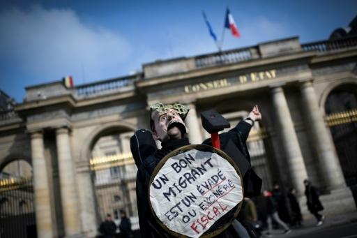 Un manifestant proteste contre le projet de loi sur l'asile et l'immigration, le 21 février 2018 à Paris © STEPHANE DE SAKUTIN AFP