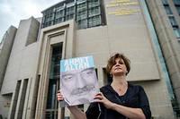 Une journaliste manifeste à Istanbul en juin 2017 pour réclamer la libération d'Ahmet Atlan, figure de la presse d'opposition en Turquie. Lui, son frère et une autre journaliste ont été condamnés à la prison à vie le 16 février 2018.