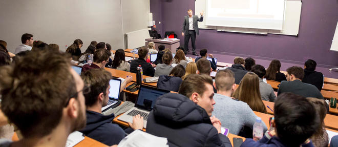 Cours de comptabilité au campus de la Neoma  Business School.  ©Romain BEURRIER/REA