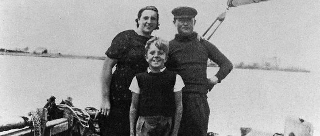 Jean-Marie Le Pen, avecses parents, Jean, patron pêcheur, et Anne-Marie, fille de paysan, à la Trinité-sur-Mer, dans les années1930. Jean-Marie LePen deviendra pupille de la nation après le décès de son père en 1942.