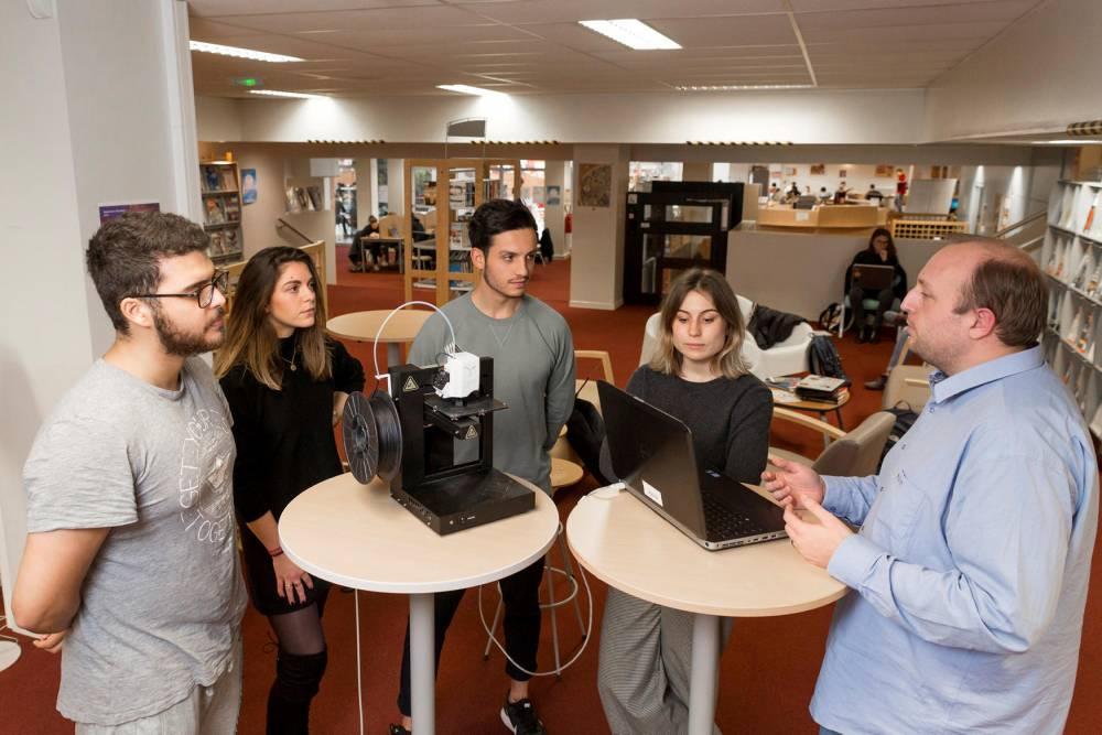 Objet du cours ce 1er février à Neoma Business School : utiliser une imprimante 3D. © Romain BEURRIER/REA Romain BEURRIER/REA / Romain BEURRIER/REA