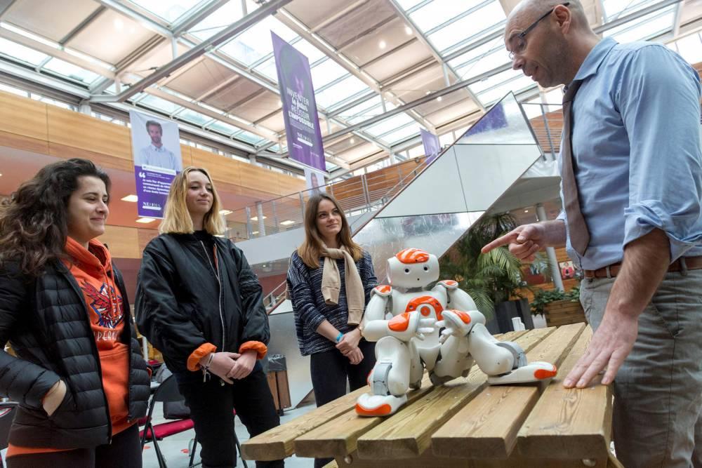 En cours avec le robot Nao, à Neoma Business School de Reims.  © Romain BEURRIER/REA Romain BEURRIER/REA / Romain BEURRIER/REA