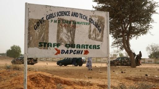 Des soldats passent devant un panneau signalant l'école de Dapchi, Nigeria, le 22 février 2018, trois jours après son attaque par Boko Haram © AMINU ABUBAKAR AFP