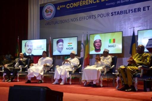 Les présidents mauritanien Mohamed Ould Abdelaziz, nigérien Mahamadou Issoufou, malien Ibrahim Boubacar Keita, tchadien Idriss Deby et burkinabè Roch Marc Christian Kaboré (de gauche à droite) au sommet du G5 Sahel le 6 février 2018 à Niamey  © BOUREIMA HAMA AFP