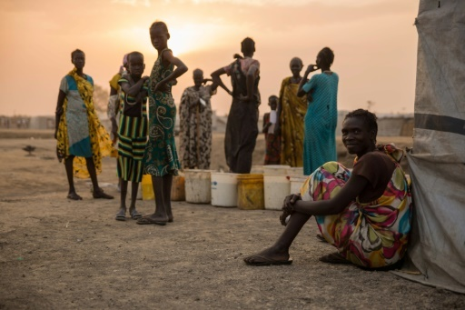 Des Sud-Soudanaises attendent à l'aube une distribution alimentaire au camp de Bentiu le 15 février 2018  © Stefanie GLINSKI AFP/Archives