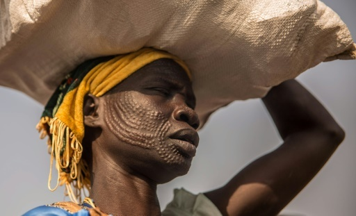 Une Sud-Soudanaise Nuer emporte une ration alimentaire au camp de protection des déplacés de Bentiu le 13 février 2018  © Stefanie GLINSKI AFP/Archives